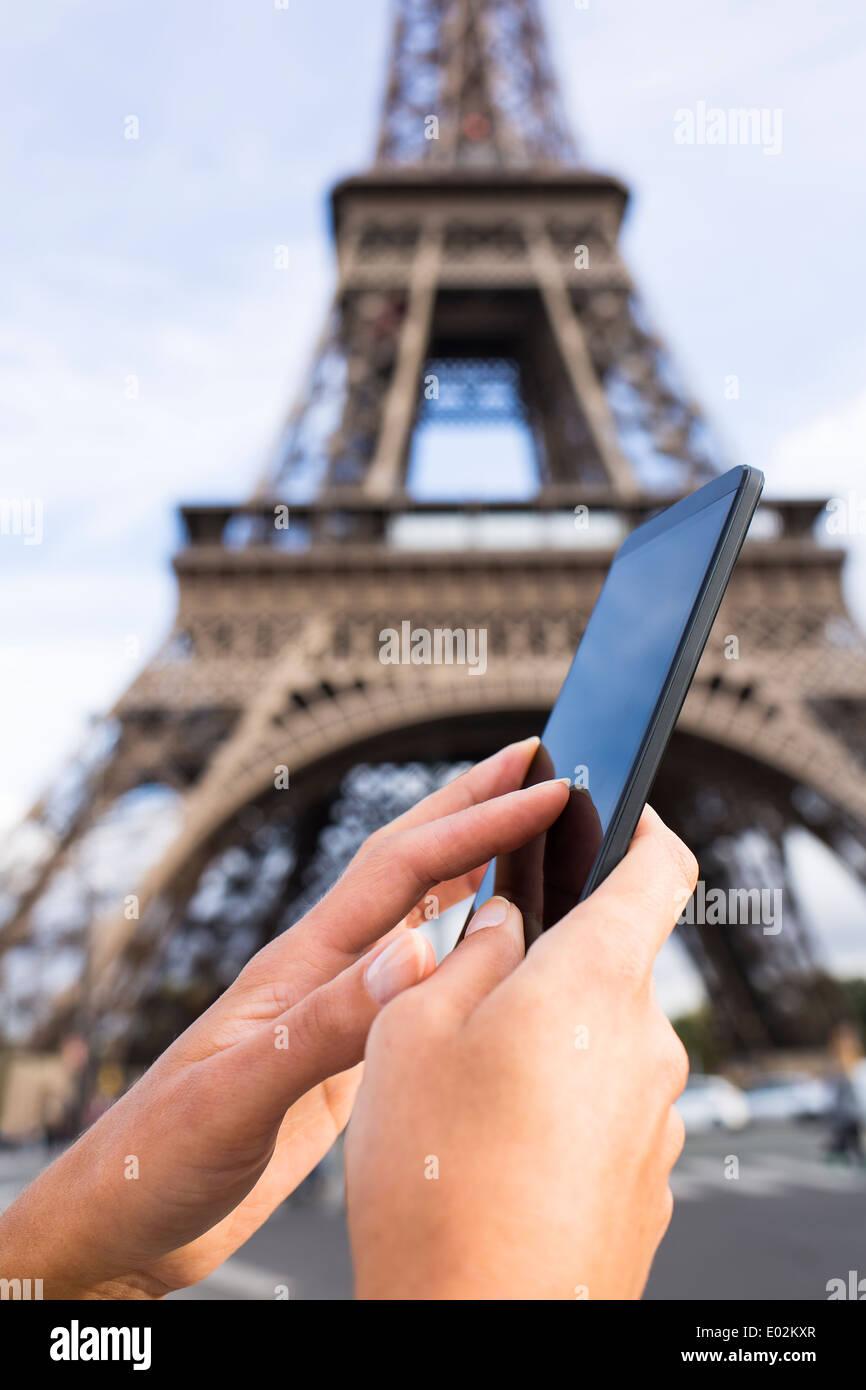 Close-up femmina a mano mobile phone Paris Seine ponte sms messaggi e-mail Immagini Stock