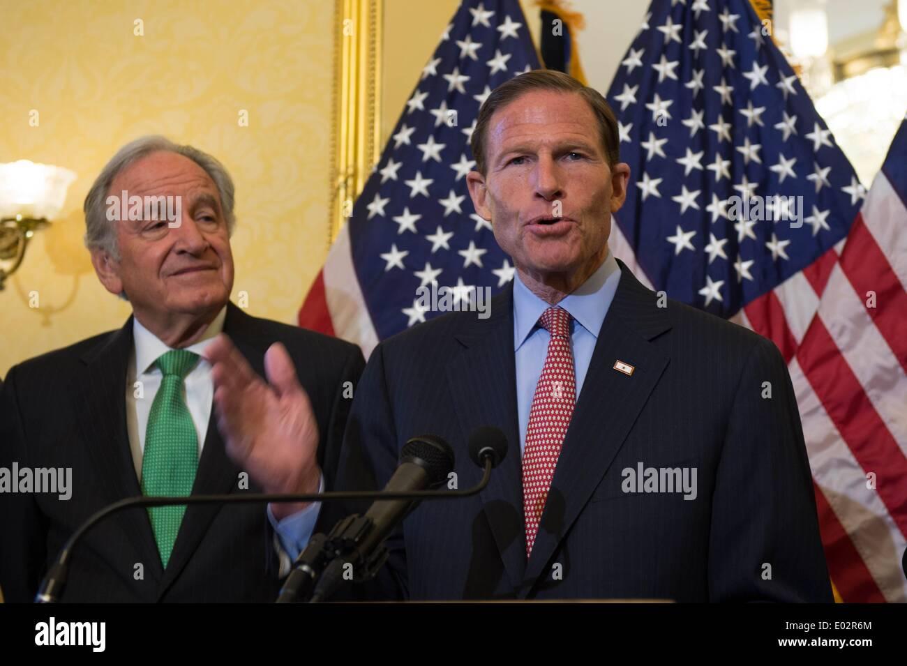 Connecticut senatore Richard Blumenthal stand con un gruppo dei democratici per il lancio di un push per passare pay equità tra uomini e donne e una proposta per aumentare il minimo federale di aumento salariale a $10.10 per ora il 29 aprile 2014 a Washington, DC. Credito: Planetpix/Alamy Live News Immagini Stock
