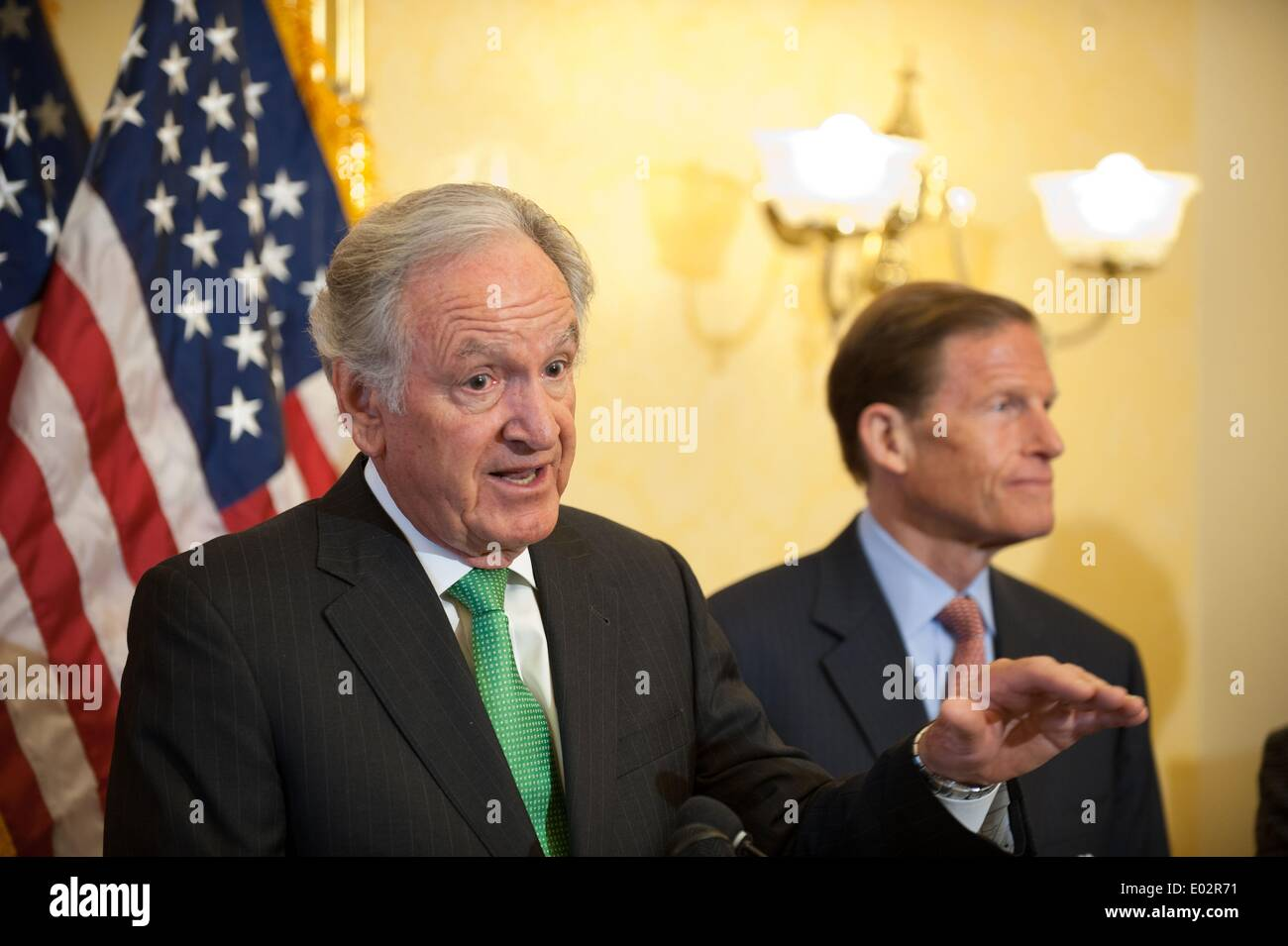 Iowa il senatore Tom Harkin stand con un gruppo dei democratici per il lancio di un push per passare pay equità tra uomini e donne e una proposta per aumentare il minimo federale di aumento salariale a $10.10 per ora il 29 aprile 2014 a Washington, DC. Credito: Planetpix/Alamy Live News Immagini Stock