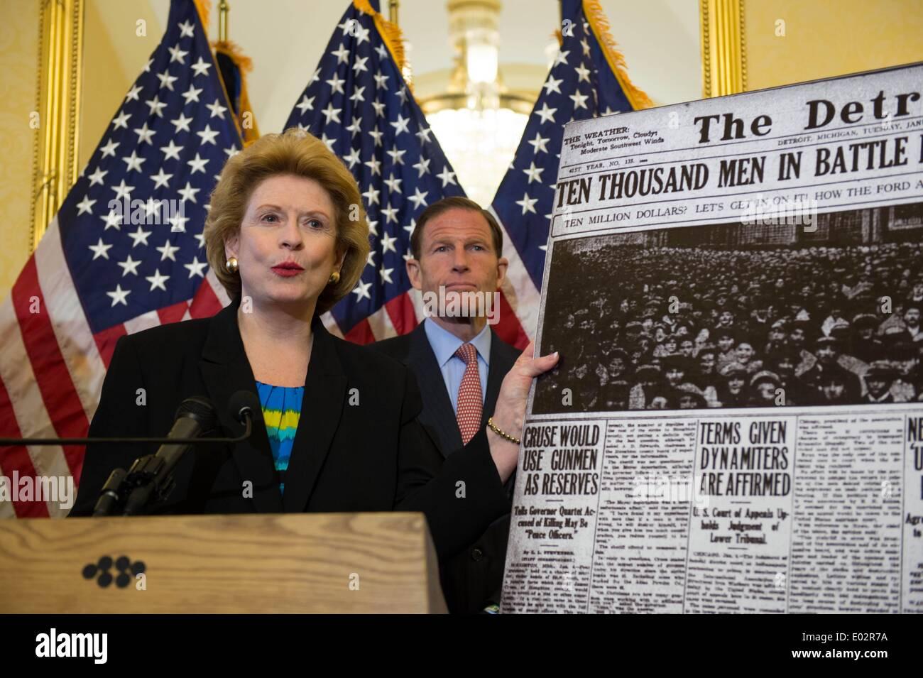 Michigan Senator Debbie Stabenow stand con un gruppo dei democratici per il lancio di un push per approvare una legge che garantisca il pagamento equità tra uomini e donne e una proposta per aumentare il minimo federale di aumento salariale a $10.10 per ora il 29 aprile 2014 a Washington, DC. Immagini Stock