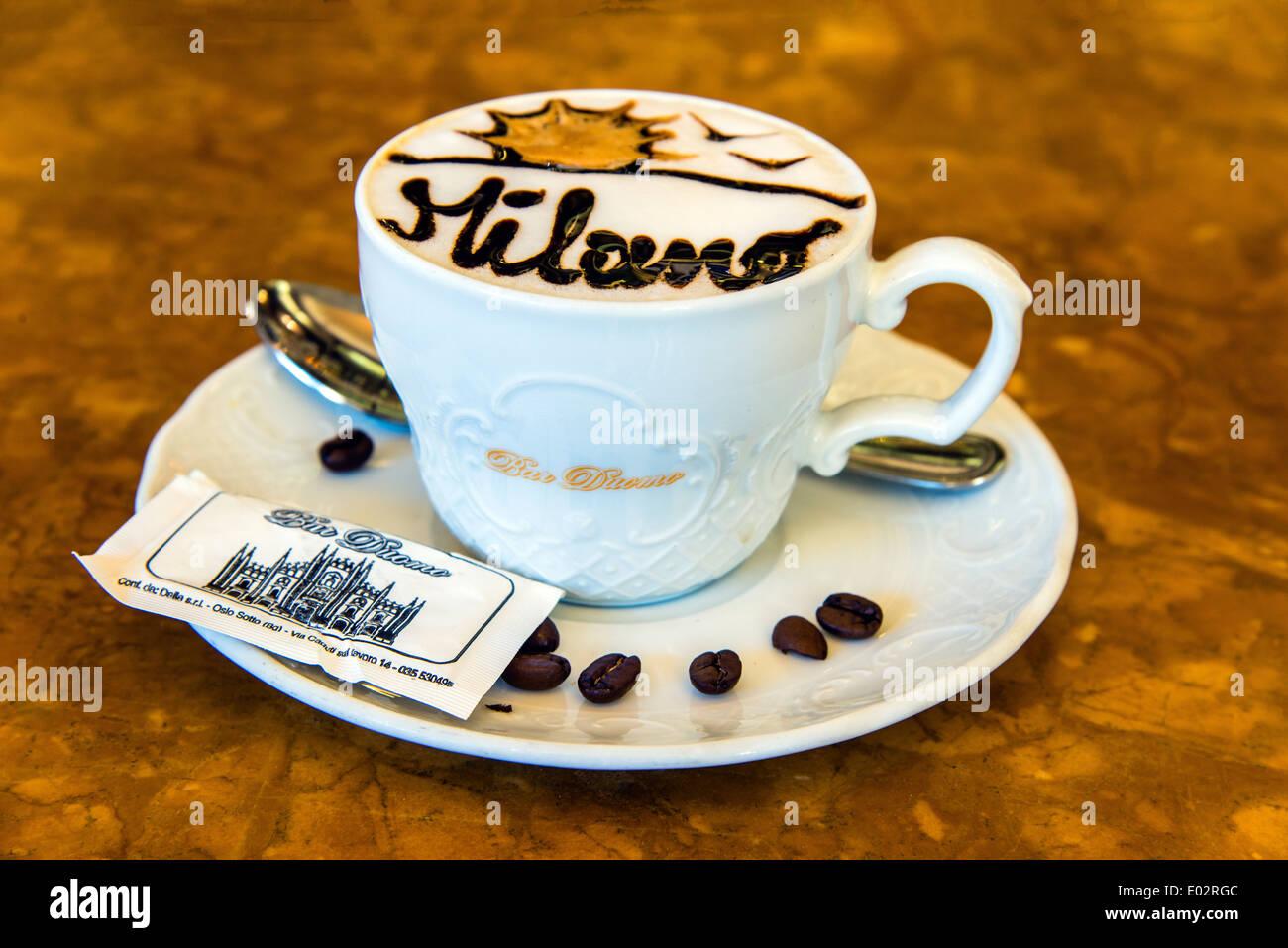 Tazza da colazione servita in un bar di Milano, Lombardia, Italia Immagini Stock