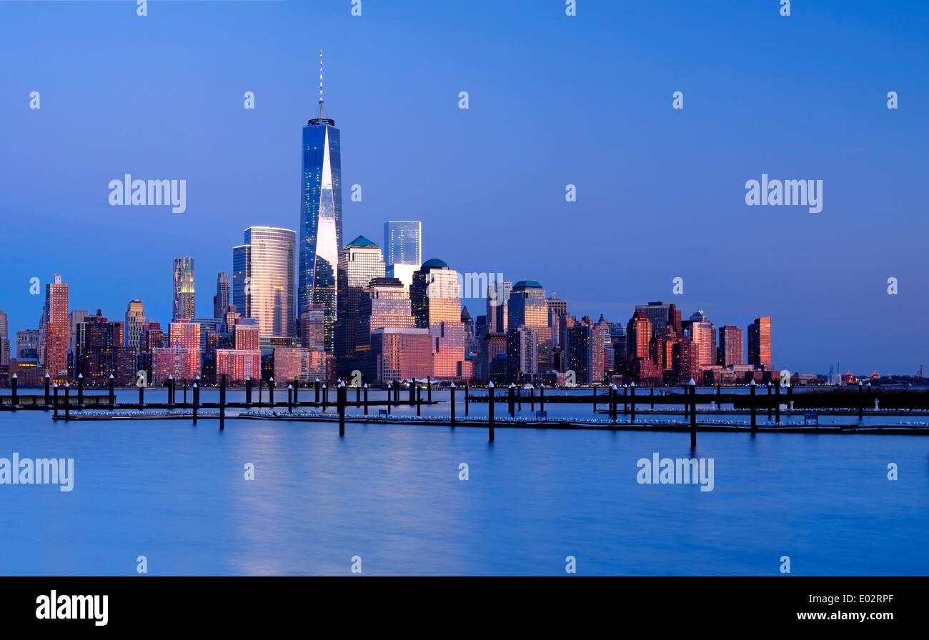 Skyline di New York visto oltre il fiume Hudson, New York, Stati Uniti d'America Immagini Stock