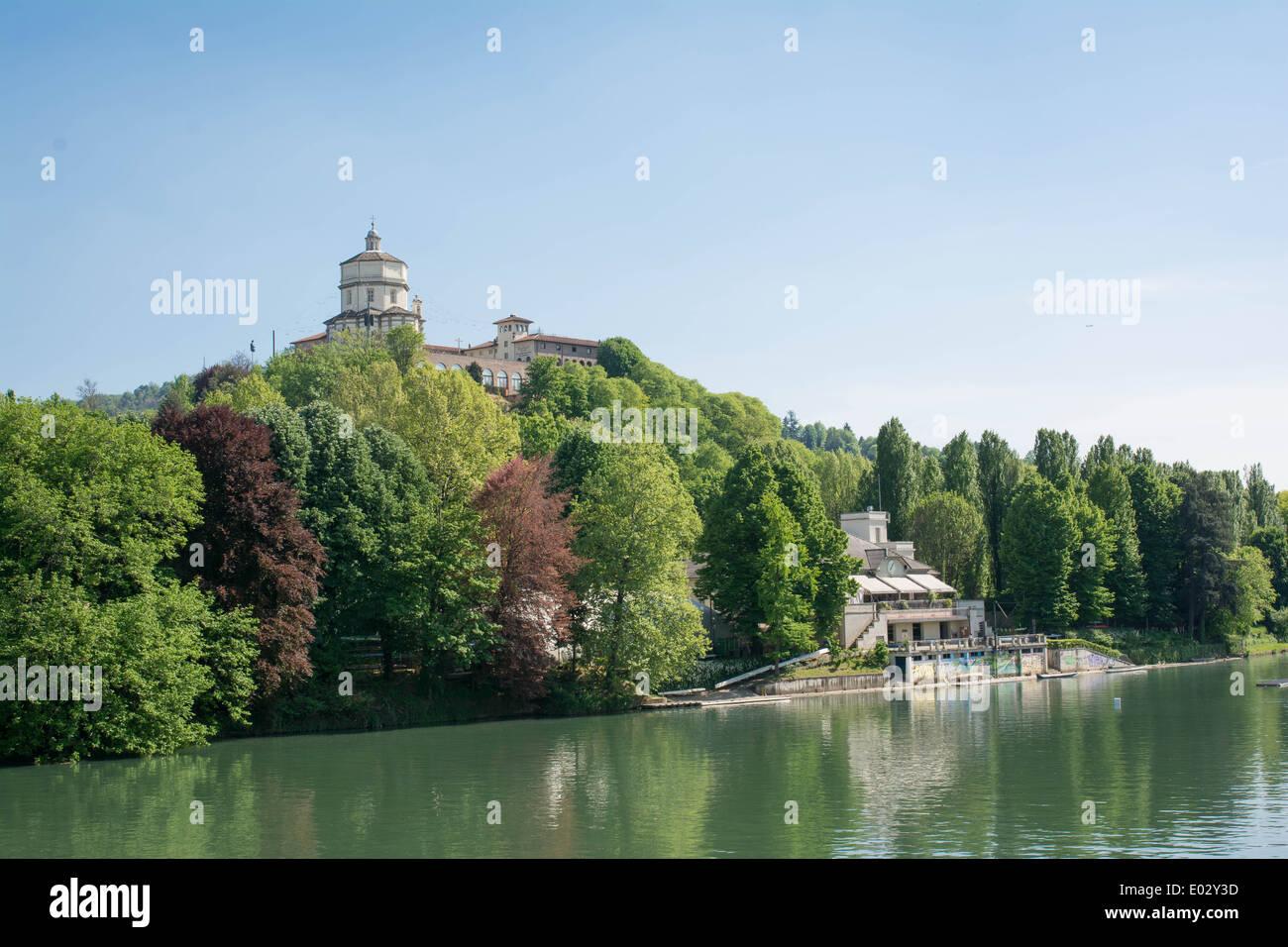 Vista della chiesa del Monte dei Cappuccini si riflette nel fiume Po, Torino, Italia Foto Stock