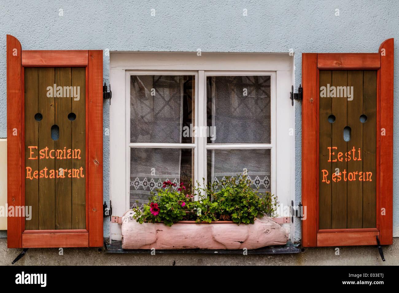 Finestra con tapparelle su tradizionale ristorante estone. Foto Stock