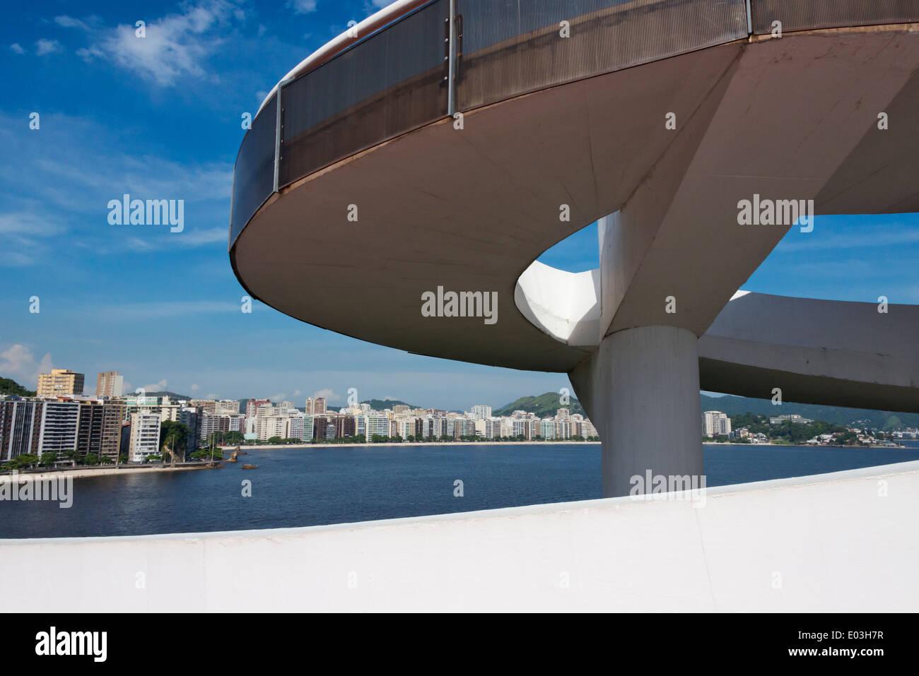 Niteroi Museo di Arte Contemporanea (Museu de Arte Contemporanea de Niteroi-MAC) progettato da Oscar Niemeyer, Rio de Janeiro, Brasile Immagini Stock