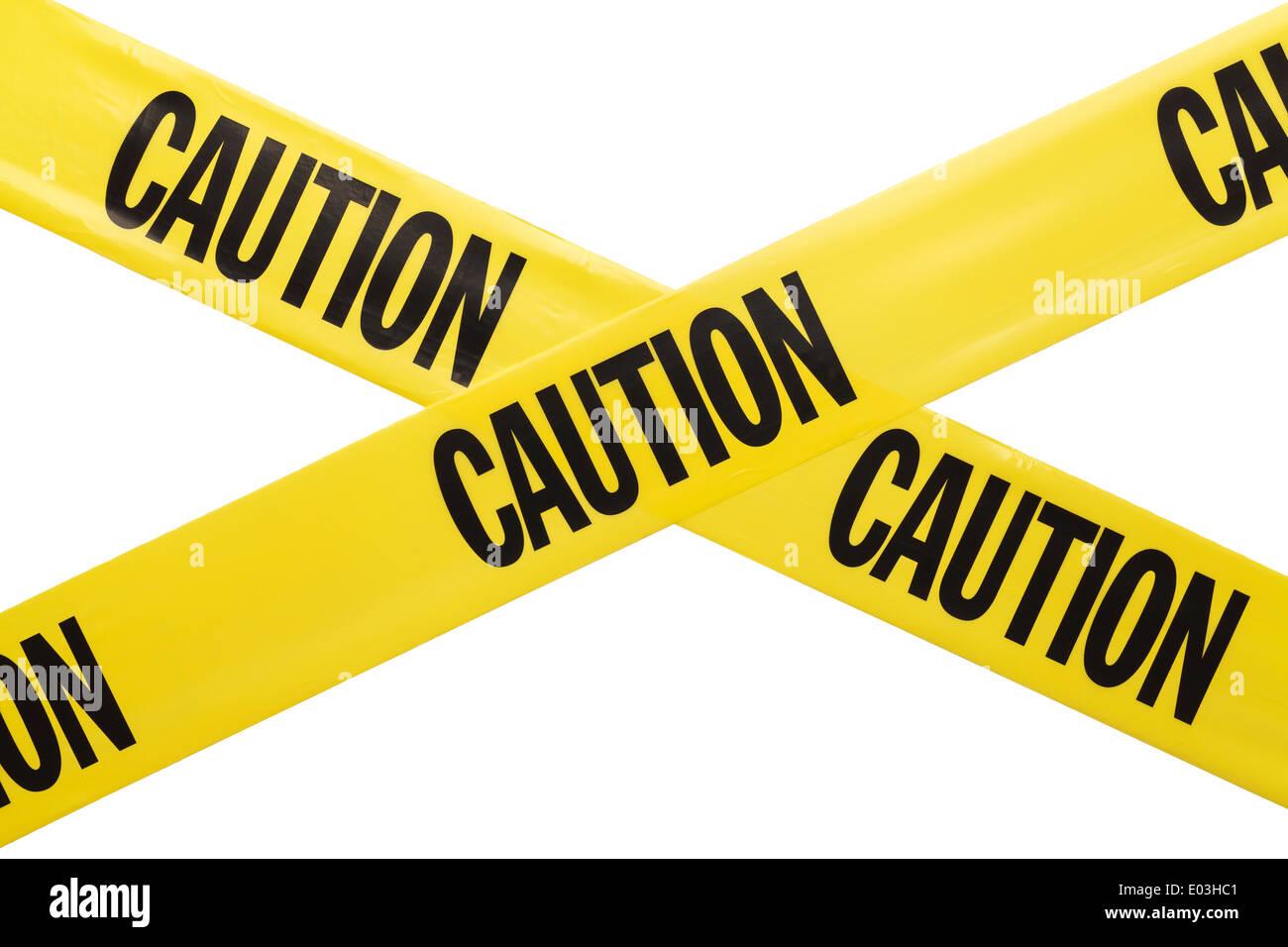 In plastica gialla Nastro di avvertenza Criss Crossing isolati su sfondo bianco. Immagini Stock
