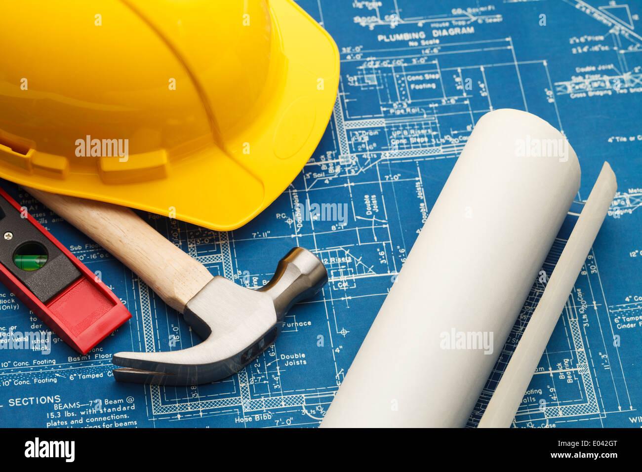 Blueprint e di strumenti di costruzione con elmetto. Immagini Stock