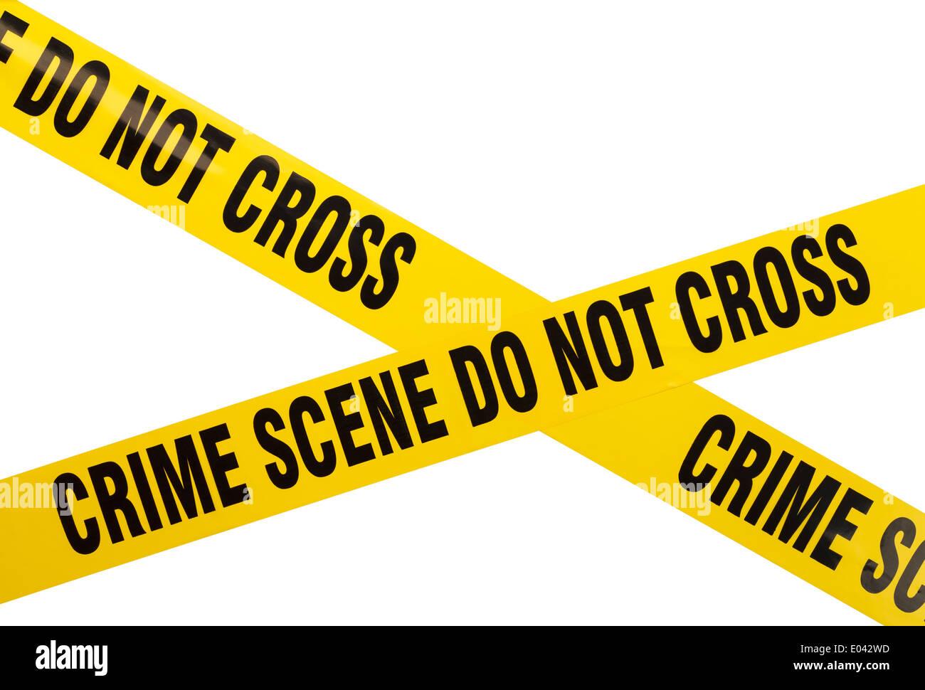 In plastica gialla della scena del crimine non nastro trasversale isolata su sfondo bianco. Immagini Stock