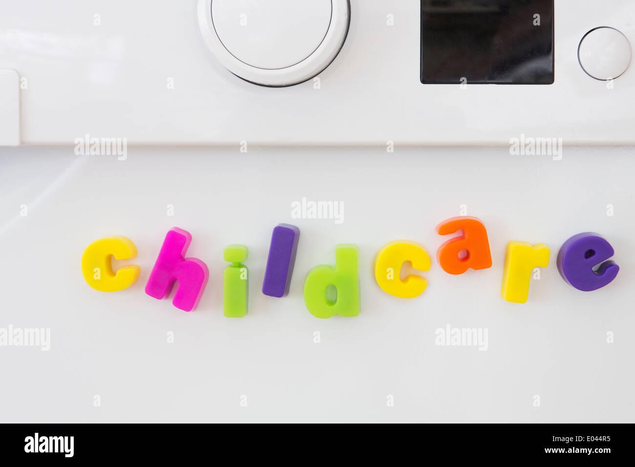 Toy le lettere magnetiche la compitazione dei servizi di custodia dei bambini sulla macchina Washine Foto Stock