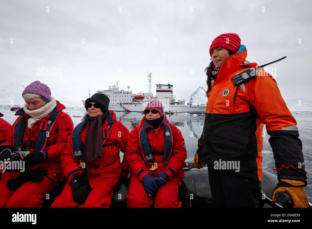 I passeggeri a bordo di un gommone zodiac con guida in escursione fournier bay antartide Immagini Stock