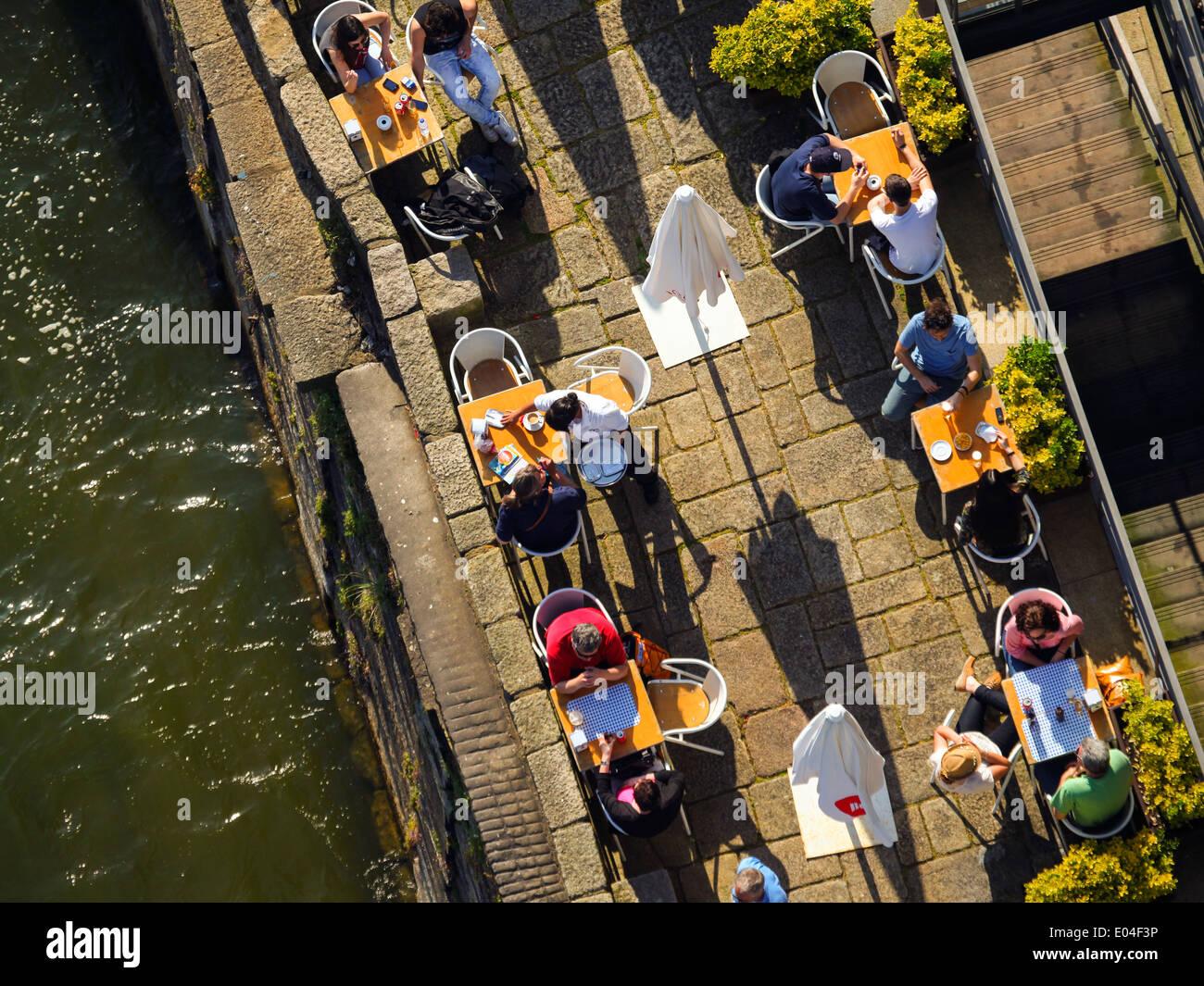 La gente in un cafè sul fiume Douro a Porto, Portogallo Immagini Stock