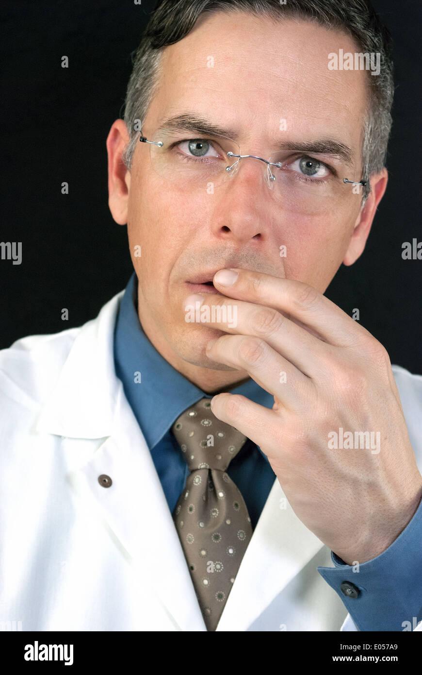 Close-up di un medico in questione. Immagini Stock