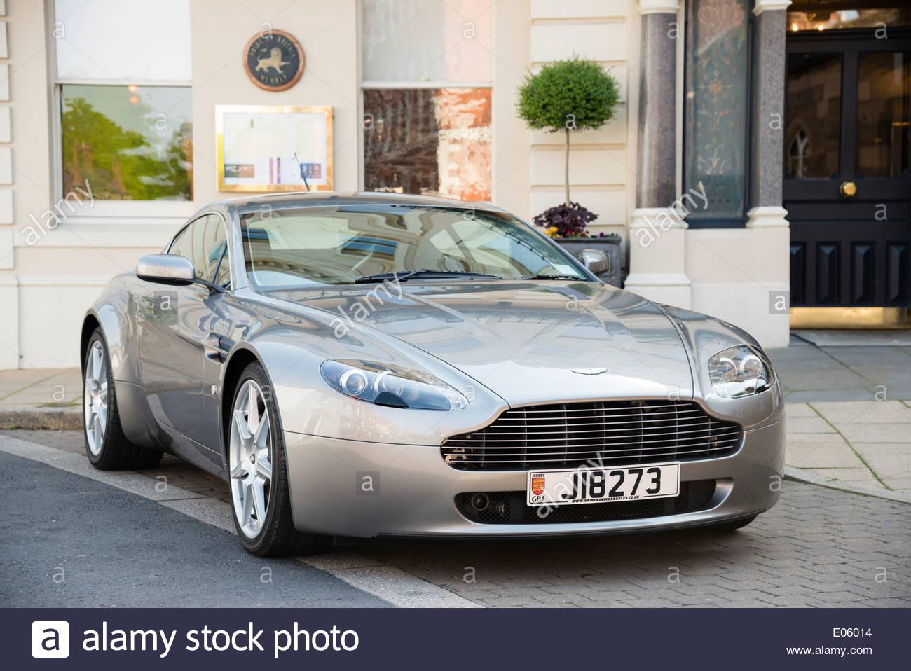 Aston Martin automobile parcheggiata in strada di fronte a un hotel, Hereford, Regno Unito. Immagini Stock