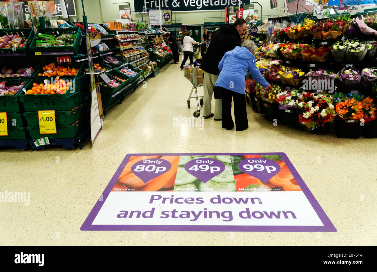 Un annuncio pubblicitario per i prezzi poco costosi nel supermercato Tesco Immagini Stock