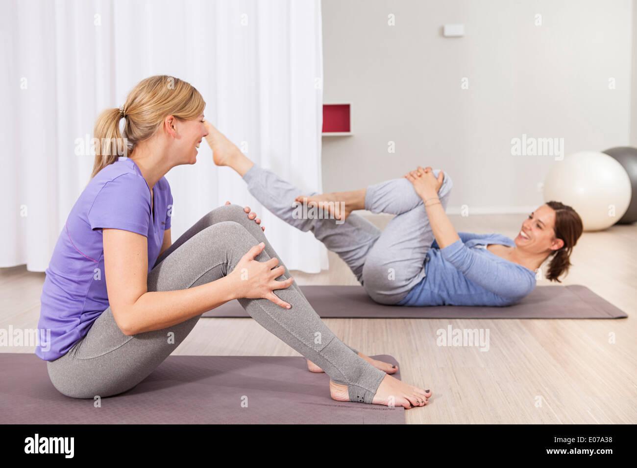 Due donne facendo esercizi di Pilates divertendosi Immagini Stock