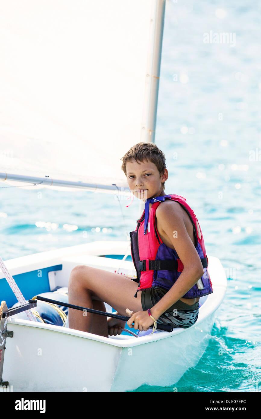 Ragazzo in una barca a vela, isola di Hvar, Croazia Immagini Stock
