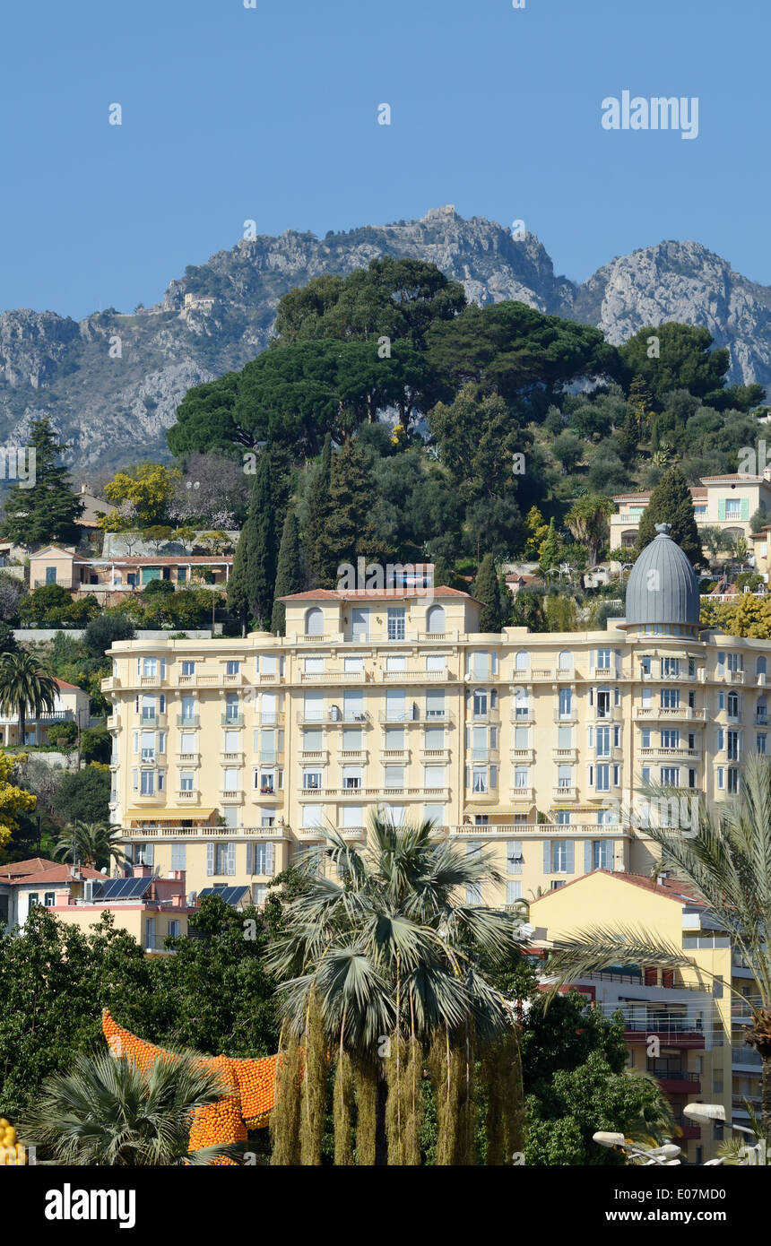 Belle Epoch o architettura Belle Epoque e Alpi inferiore o colle roccioso dietro Menton Alpes-Maritimes Francia Immagini Stock