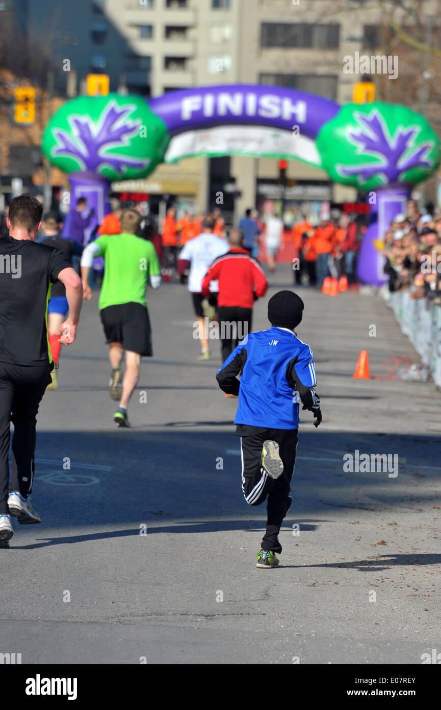 I corridori partecipano in una carità la gara su strada a Londra, Ontario. Immagini Stock