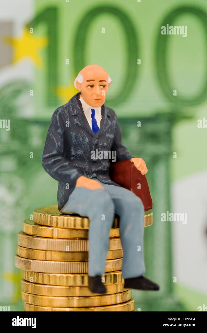 Titolare di pensione o di rendita si siede sulla pila monetaria, simbolico foto fue pensione vecchiaia disposizioni, accantonamento per la vecchiaia, Rentner sitzt auf Ge Foto Stock