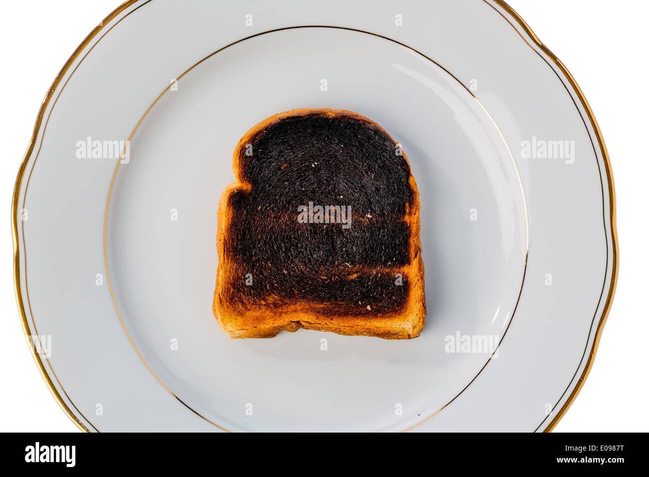 Tostare il pane è diventato con brindare burntly. Burntly toast con i dischi e la prima colazione., Toastbrot wurde beim toasten verbrannt. Foto Stock