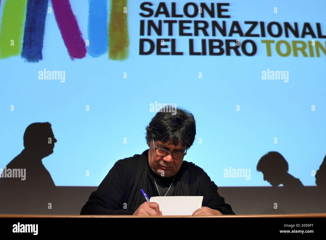 Lo scrittore cileno Luis Sepulveda (nato nel 1949) firma autografi a 2013 Torino Salone del libro. Immagini Stock