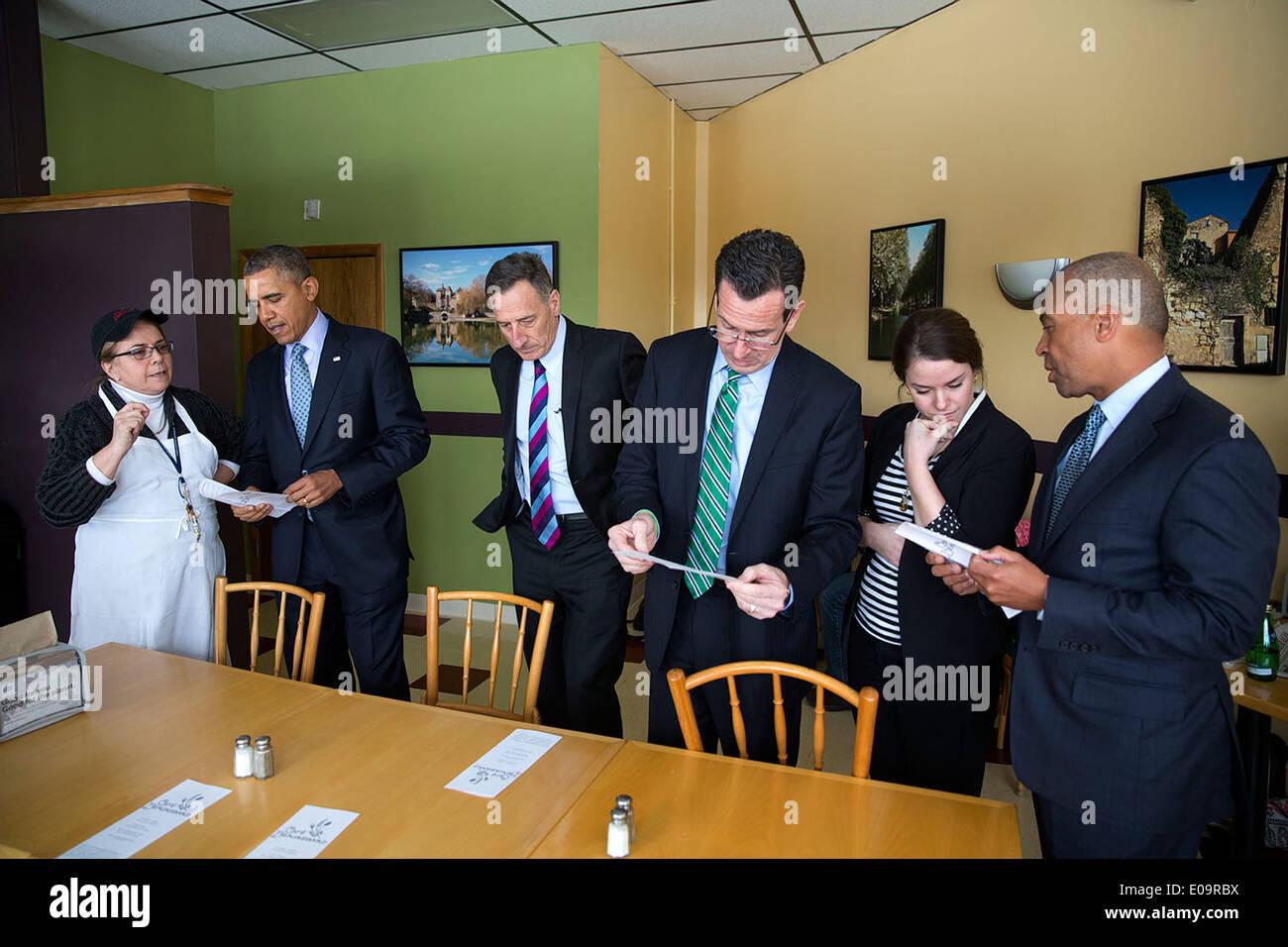 Il Presidente Usa Barack Obama parla con un dipendente presso il Café Beauregard prima di un salario minimo evento Foto Stock