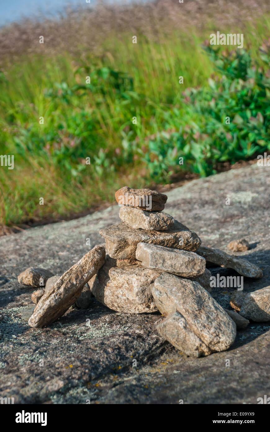 Una piccola roccia cairn cresce come Appalachian Trail escursionisti passare questo punto di riferimento Immagini Stock