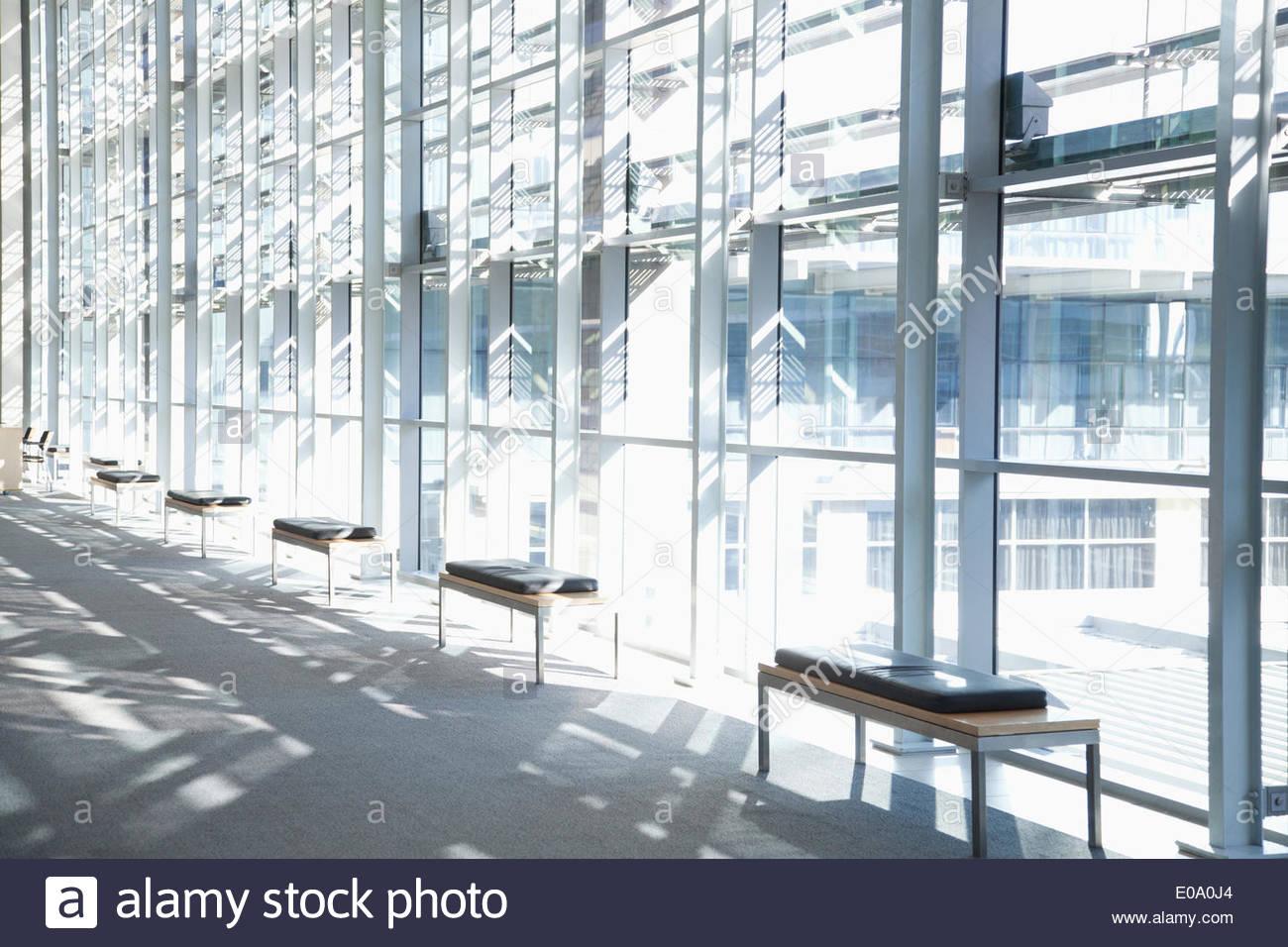Windows nella lobby dell edificio per uffici Immagini Stock