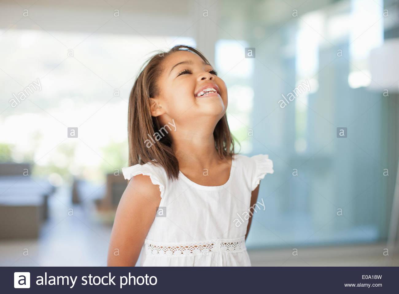 Ragazza sorridente in piedi in casa Immagini Stock