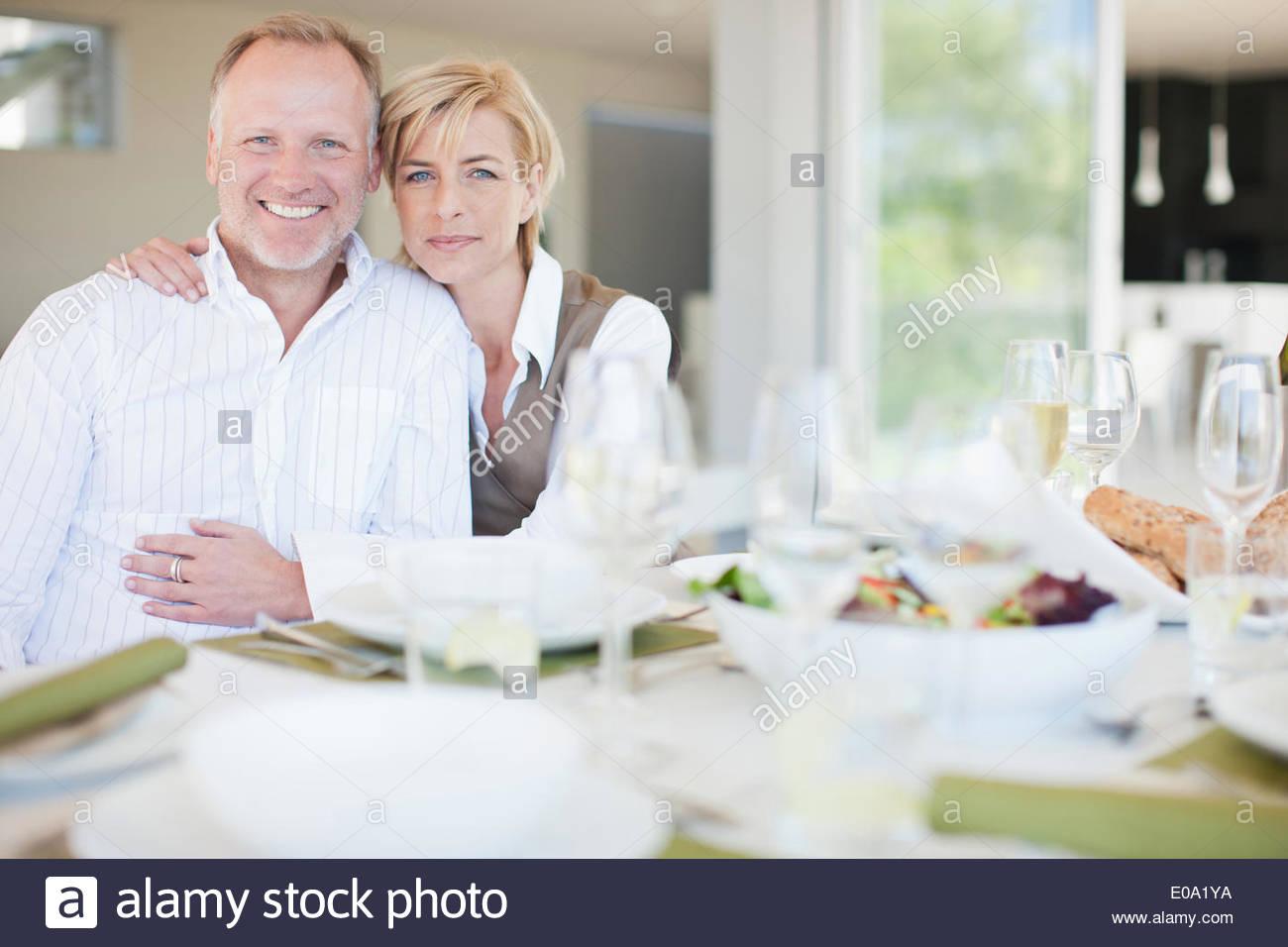 Giovane gustando una cena elegante Immagini Stock