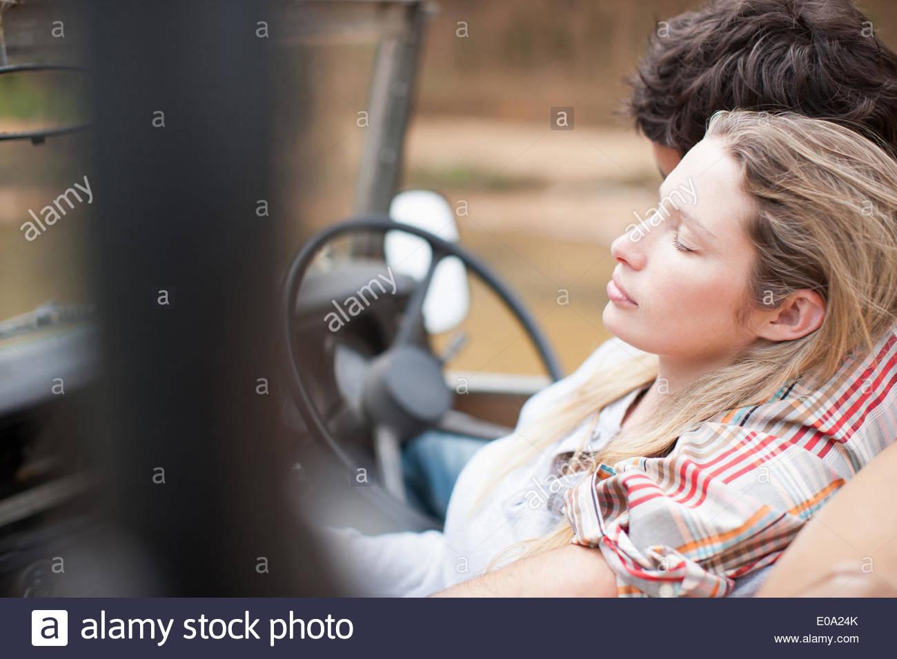 Giovane rilassante nel veicolo Immagini Stock