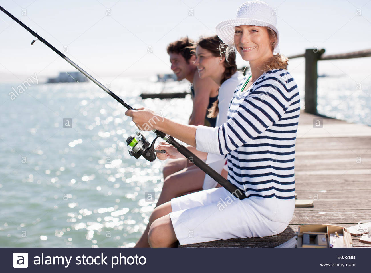 Amici pesca al largo molo ocean Immagini Stock