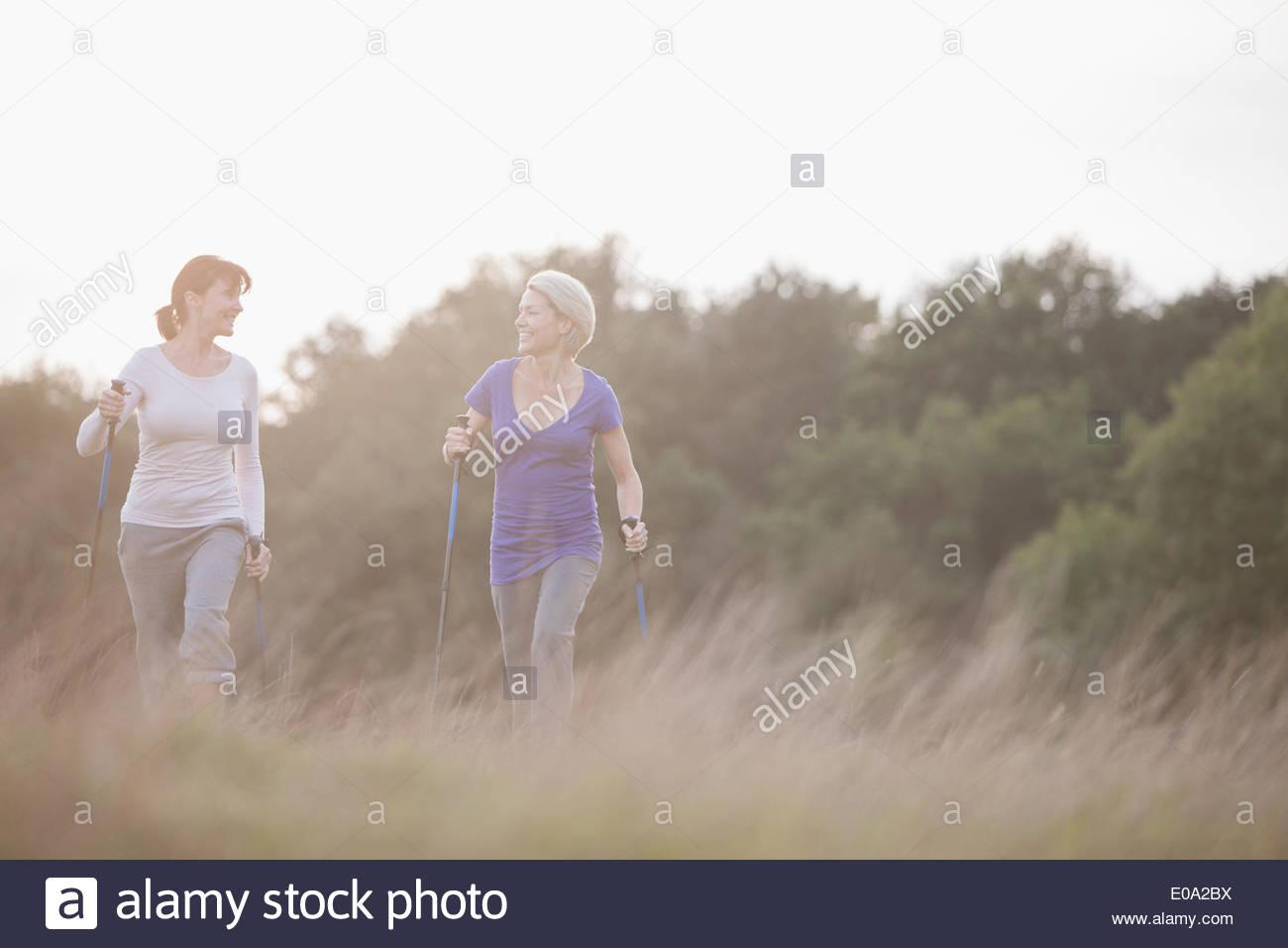 Felici donne escursionismo insieme all'aperto Immagini Stock