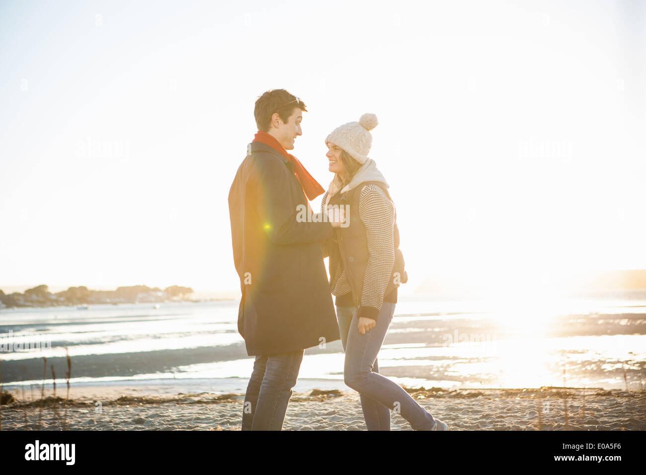 Coppia romantica faccia a faccia sulla spiaggia Immagini Stock