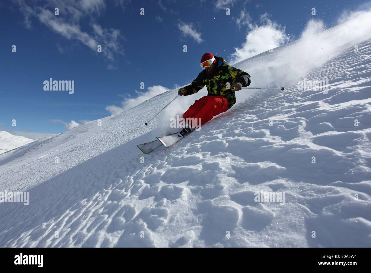 Metà uomo adulto sciare giù ripido pendio Mayrhofen, Tirolo, Austria Immagini Stock