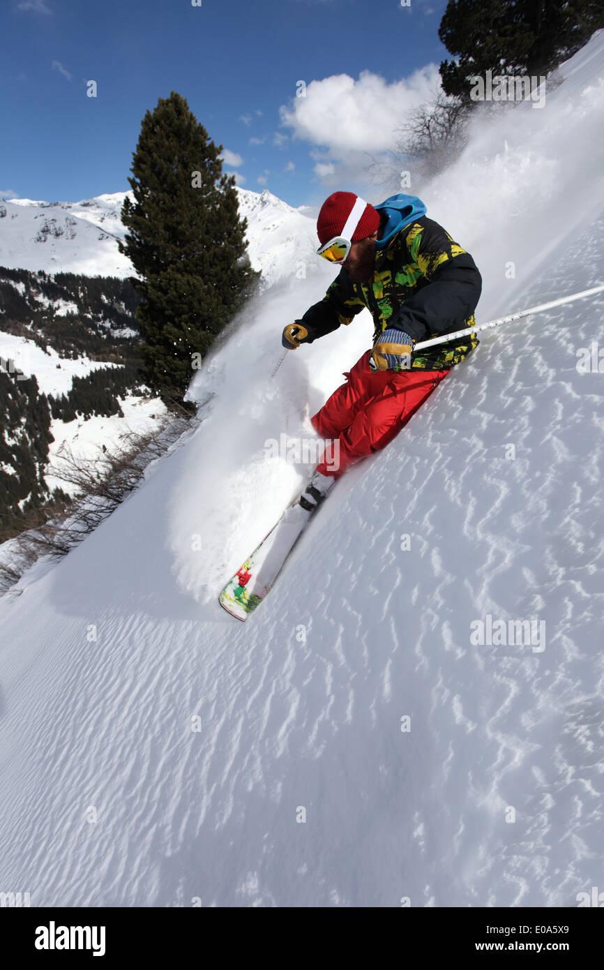 Metà uomo adulto sciare giù ripida montagna, Mayrhofen, Tirolo, Austria Immagini Stock