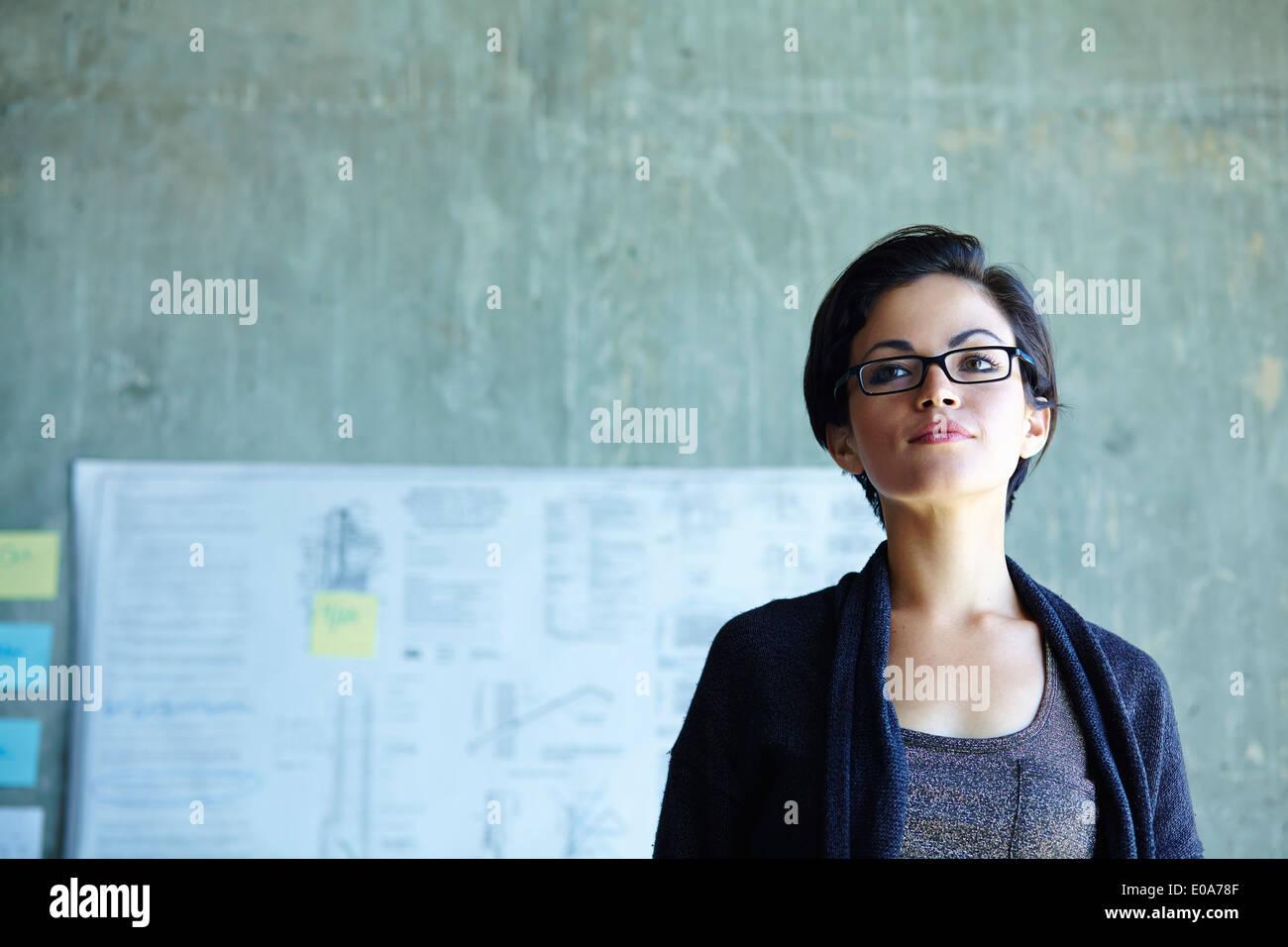 Ritratto di grave giovane imprenditrice in office Immagini Stock