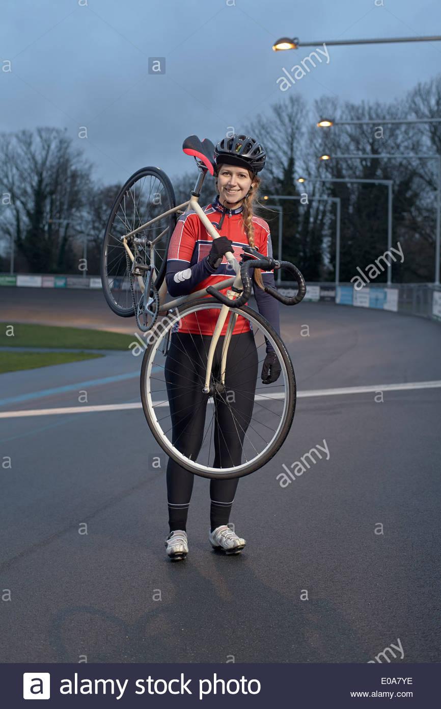 Ritratto di donna ciclista con ciclo al velodromo Immagini Stock