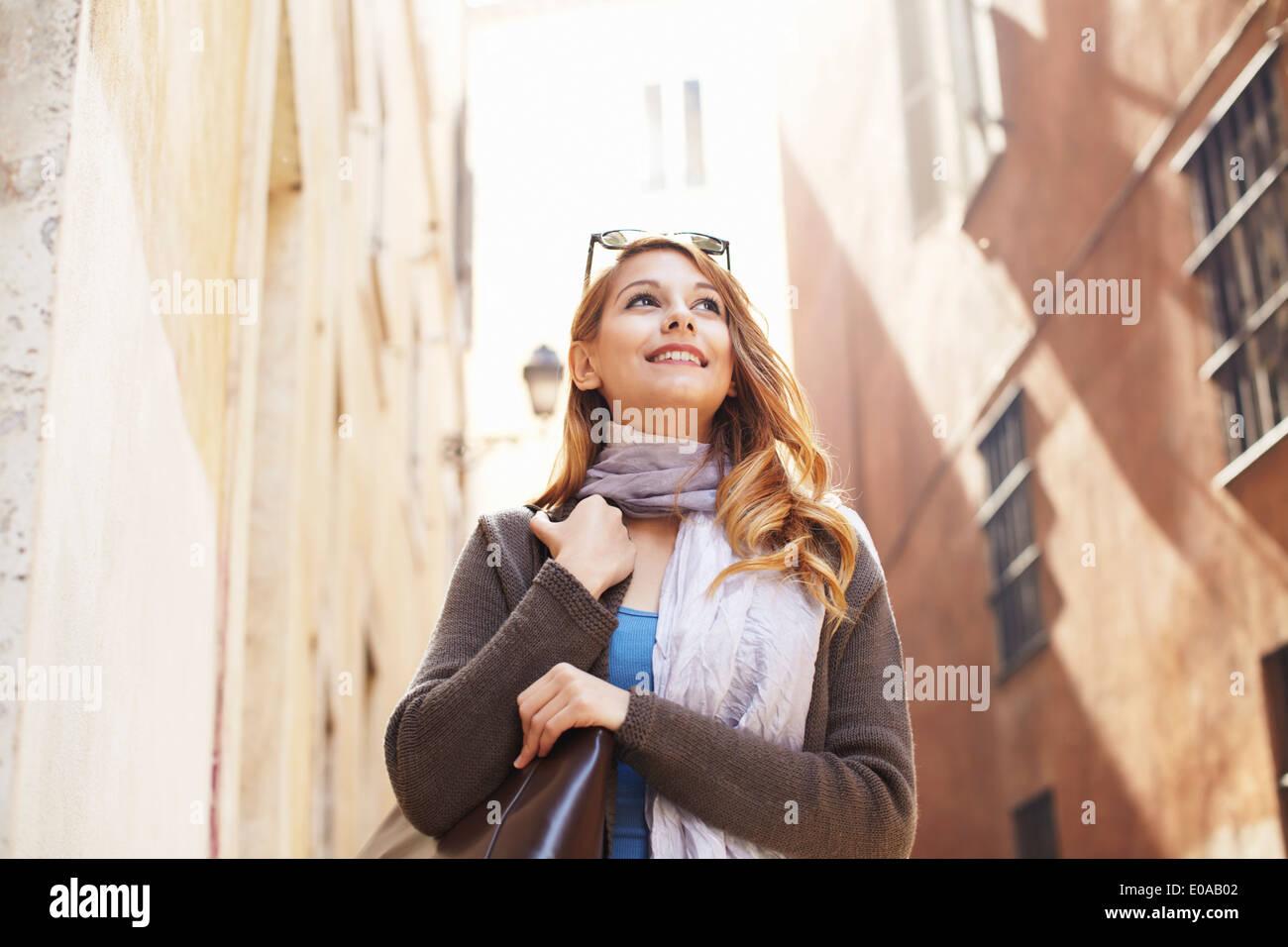Giovane donna ad esplorare le strade di Roma, Italia Immagini Stock