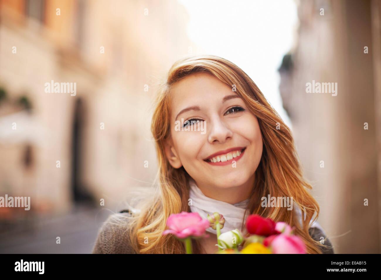 Sorridente giovane donna con un mazzo di fiori Immagini Stock
