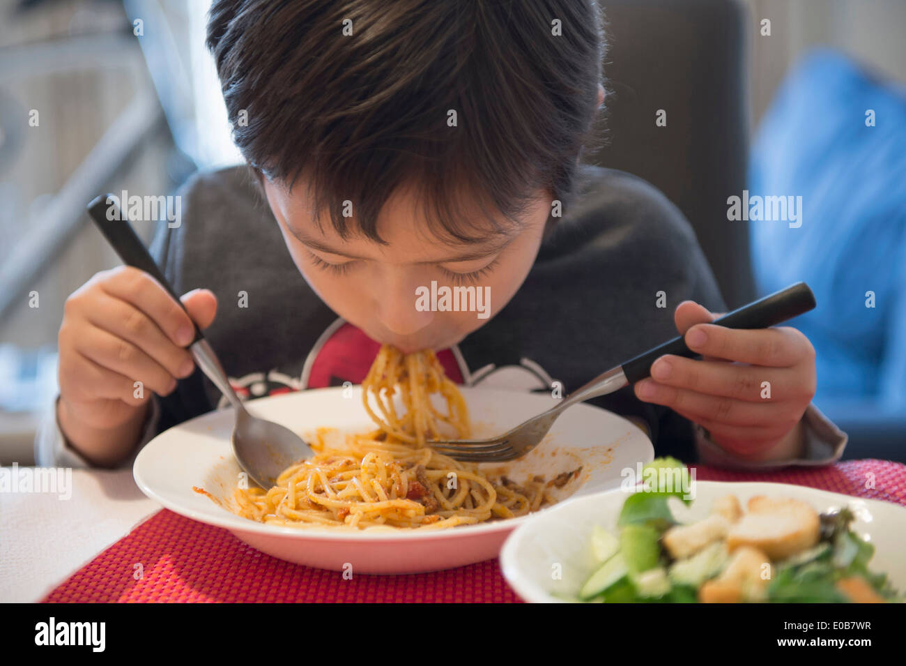 Ragazzo mangiare spaghetti Immagini Stock