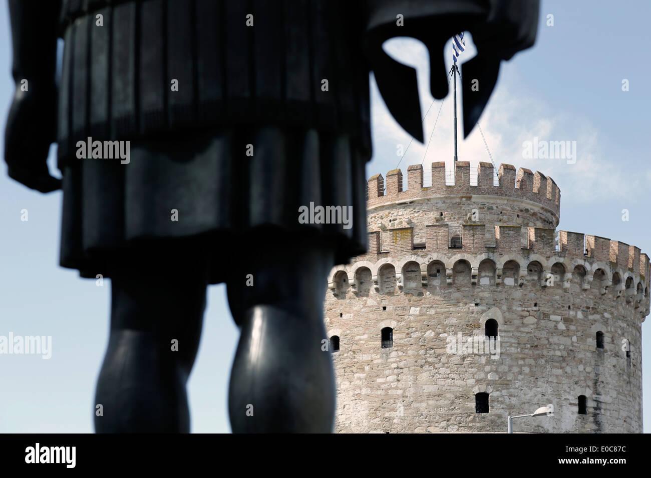 Torre Bianca (Lefkos Pirgos), il punto di riferimento del nord della città greca di Salonicco come visto dietro Foto Stock