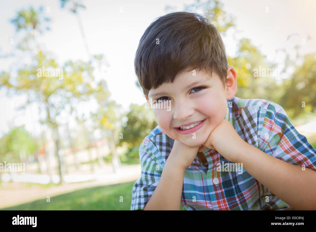 Carino giovane ragazzo ritratto all'aperto nel parco. Immagini Stock