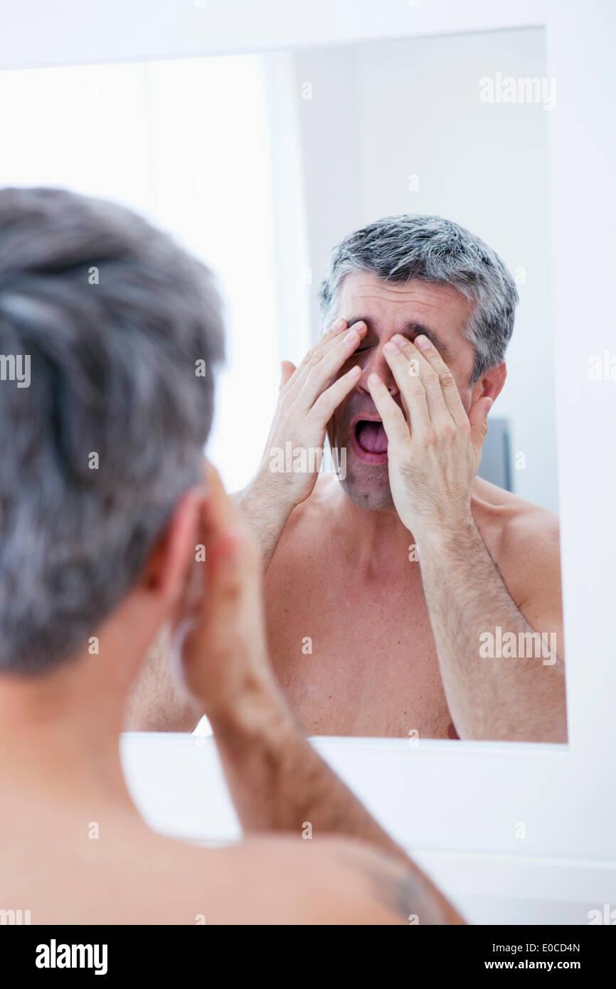 Uomo con specchio Immagini Stock