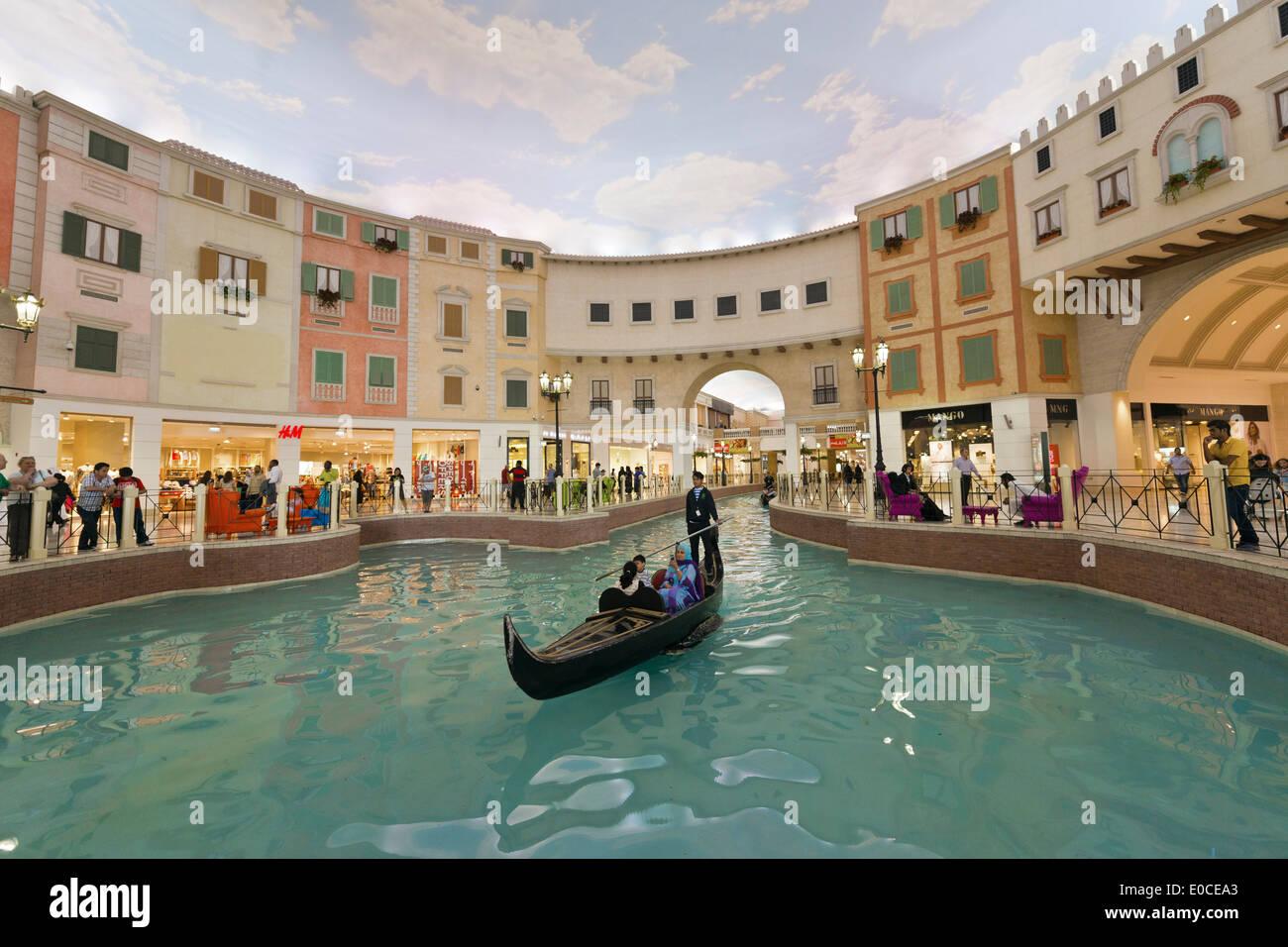 Doha. Il Qatar. Villaggio shopping mall. Immagini Stock