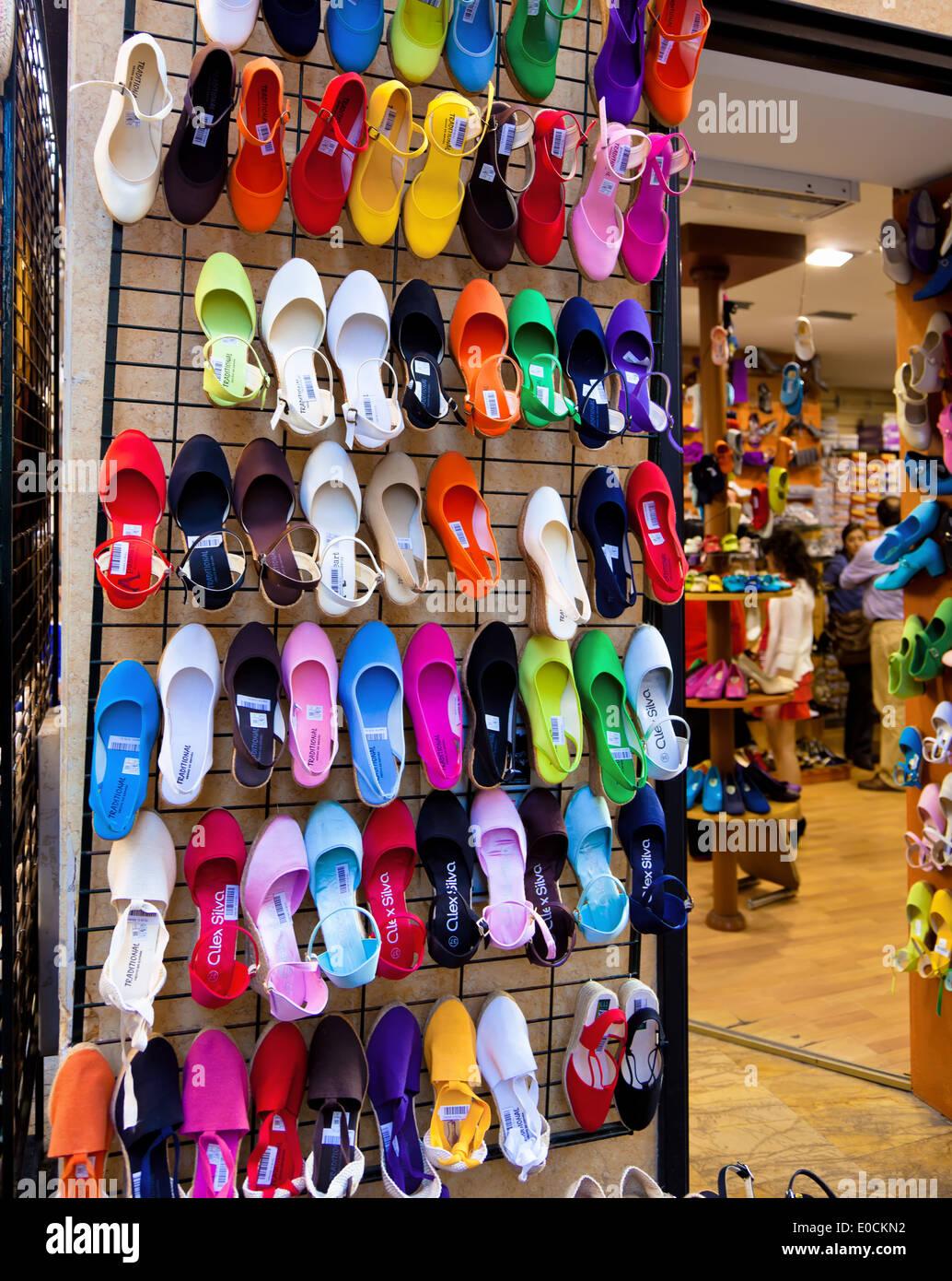 3f4b2404ac4533 Molte scarpe colorate nella vetrina di un negozio calzatura.