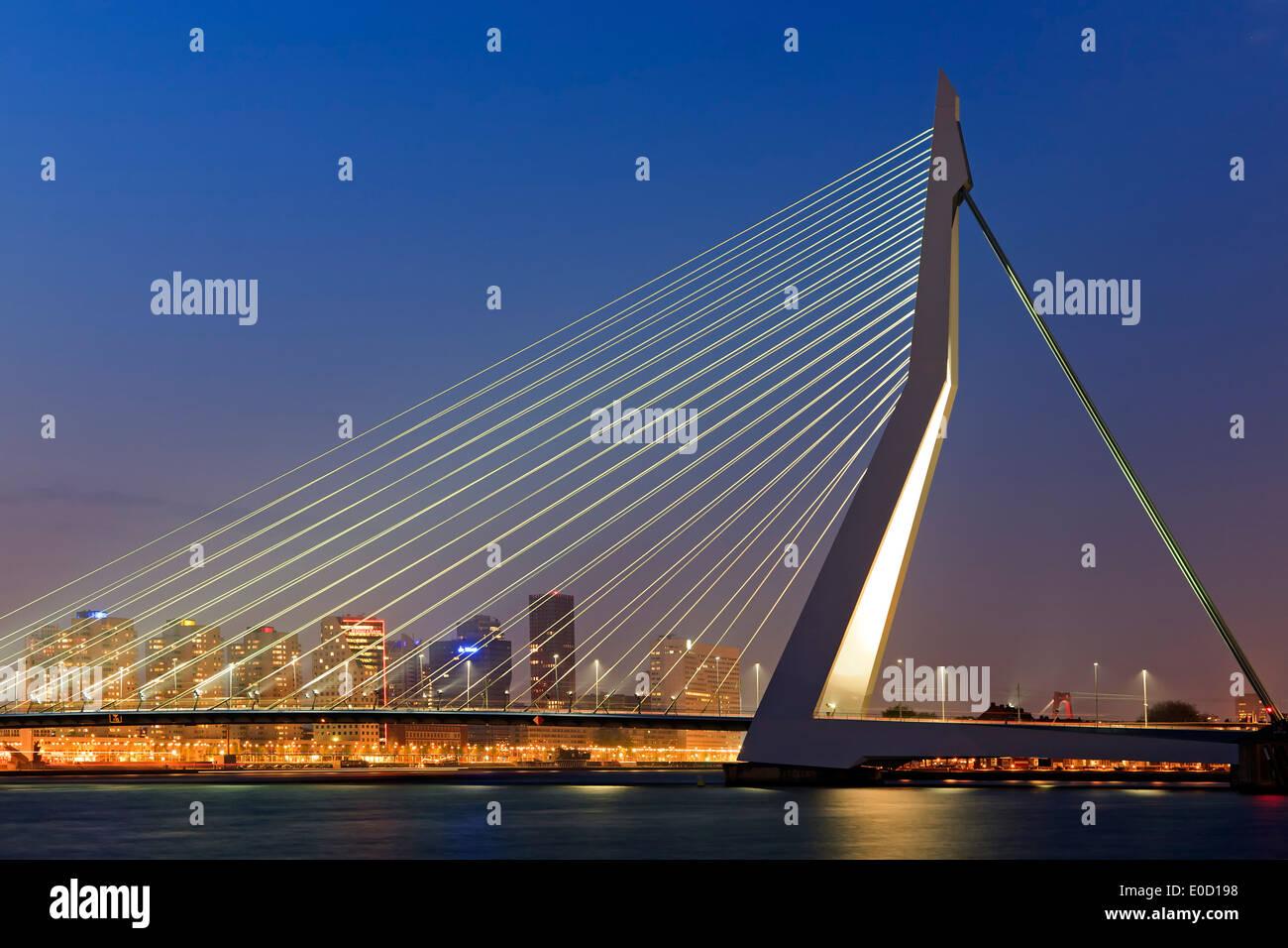 Erasmusbrug (Ponte Erasmus) e sullo skyline al crepuscolo, Rotterdam, Paesi Bassi Immagini Stock
