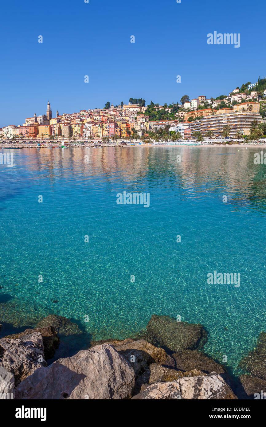 Località turistica e la piccola città di Mentone sul mare mediterraneo in Francia (composizione verticale). Immagini Stock