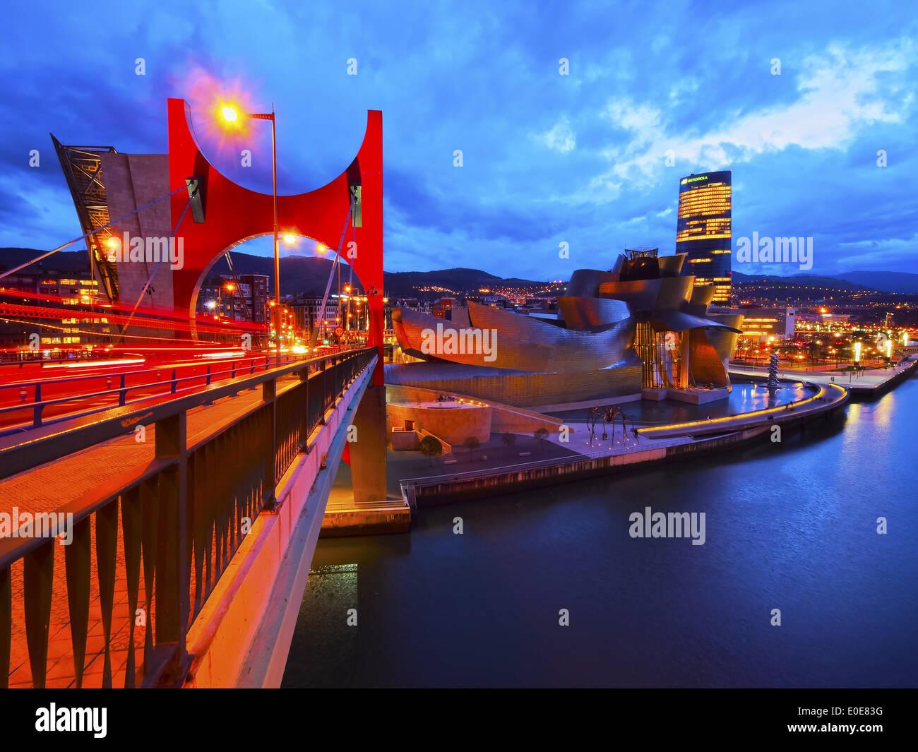 Vista notturna di La Salve Bridge e il Museo Guggenheim di Bilbao Biscay, Paesi Baschi Foto Stock