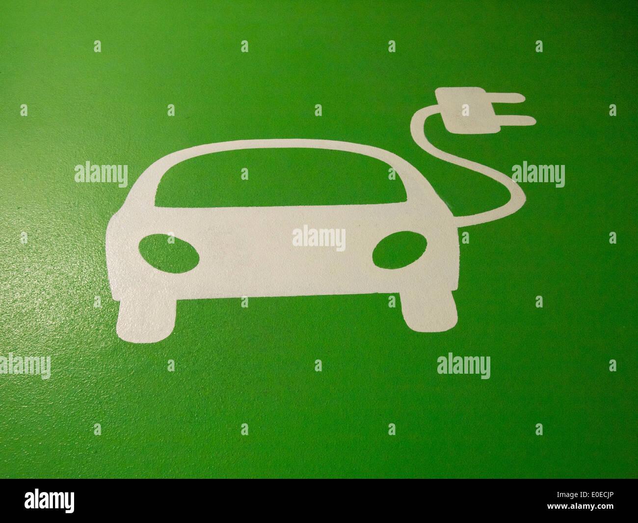 Auto elettrica carica logo punto Immagini Stock